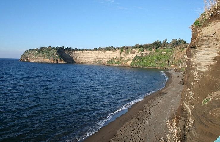 Bare feet on the beaches of Procida - Insolita Italia